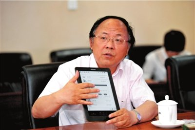 汉王董事长刘迎建介绍电纸书。本报记者胡雪柏摄