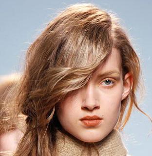 ferretti秀场的60年代复古灵感发型,刘海采用了更简单,乖巧的半月圆
