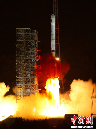 """北京时间9月19日0时33分,中国在西昌卫星发射中心用""""长征三号乙""""运载火箭,将""""中星1A""""卫星成功送入太空预定转移轨道。中新社发 秦宪安 摄"""