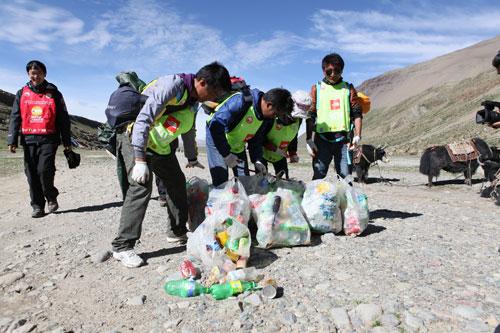 冈仁波齐慈善环山赛,塔尔钦苹果小学教师队正在打包垃圾