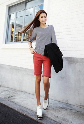 针织衫搭配红色短裤也不会觉得整体造型过于招摇,可以外搭黑色西服