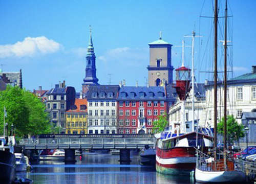 坐在哥本哈根临河的酒吧里,端上一杯金色的嘉士伯啤酒,呼入...