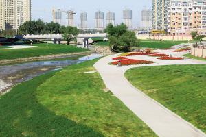 何家沟群力段的沿岸整治工程完成后,将打造成一个现代化的河道景观图片