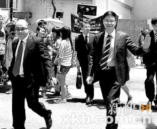 陈志云急召御用律师(左)开会。