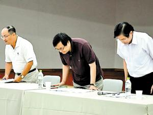 富邦金总经理龚天行(中)、台北富邦银行总经理韩蔚廷(左)与运彩科技总经理翟小璧(右)坦承错误并鞠躬道歉。