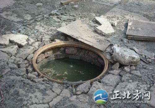 呼和浩特:民政住宅楼西单元下水道堵两年了(组图)