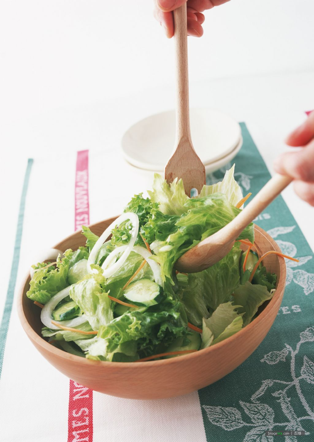 2)在吃午餐或晚餐之前先吃蔬菜