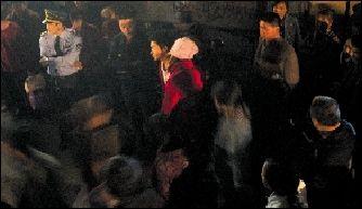 红衣女子为打掉孩子的孕妇。本版摄影 本报实习记者赵恩泽