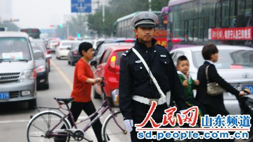 济宁交警三大队_济宁市交警三大队民警在北门路口疏导交通,一直忙碌到19点多才下班.