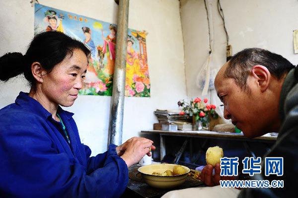 ... ,王玉英为丈夫剥煮好的土豆。 新华社记者 张宏祥