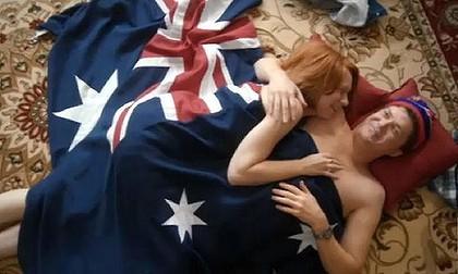 """澳大利亚广播公司播出的情景喜剧《总理在家》虚构了一出女总理吉拉德与伴侣国旗裹身,""""翻云覆雨""""的场面,遭议员们猛批"""