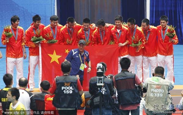 图文:鲍春来生涯回顾 广州亚运会打酱油