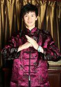 图文:鲍春来生涯回顾 唐装祝贺新年
