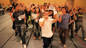 昨天,《极致百老汇》的演员正在排练