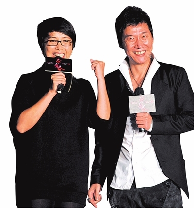 蒋雯丽(左)、赵燕国彰称同学如家人。 本报记者张伟摄