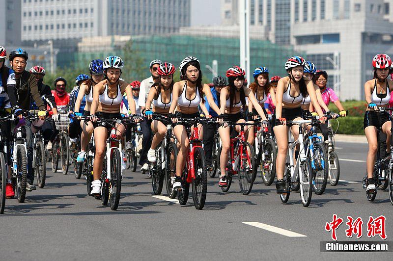 9月22日 河南省郑州郑东新区。100多名骑友骑