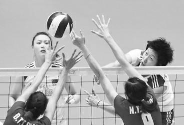 中国球员范琳琳(上右)在比赛中进攻
