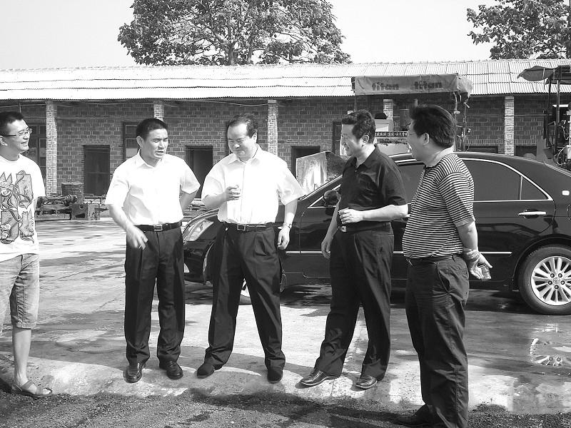 张柏芝开工儿子围着团团转 Lucas踩滑板车炫技