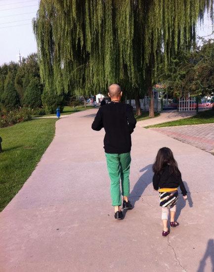 """马伊琍所指的""""大儿子""""和小女照片。"""