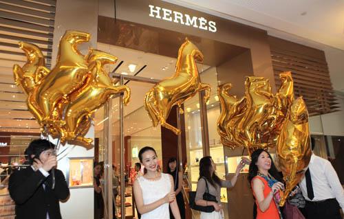 栩栩如生的金色骏马气球被分发给到场来宾,其明艳的色彩和生动的造型让贵宾们倍感惊喜,欢欣之情溢于言表
