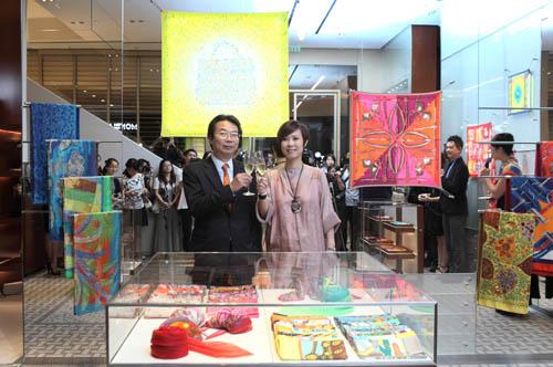 爱马仕中国区总裁雷荣发先生在媒体预览会上与爱马仕太古汇专卖店经理谢岚女士共同为专卖店开幕祝酒