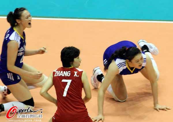 图文:中国女排获亚锦赛冠军 王一梅倒地救球