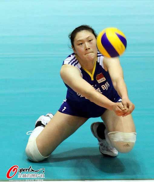 图文:中国女排获亚锦赛冠军 王一梅跪地接球