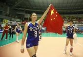 图文:女排亚锦赛中国队夺冠 魏秋月挥动国旗