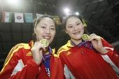 图文:女排亚锦赛中国队夺冠 队员展示奖牌