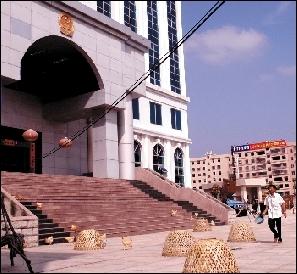 新审判大楼前摆了不少养鸡笼。 《南方日报》供图