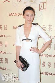 刘嘉玲穿上白色性感贴身裙,澄清没有怀孕