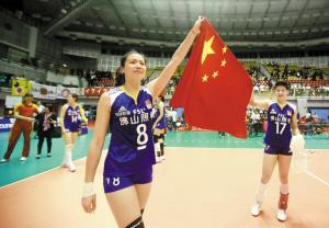 夺冠后,魏秋月(左)和张磊高举国旗庆祝。