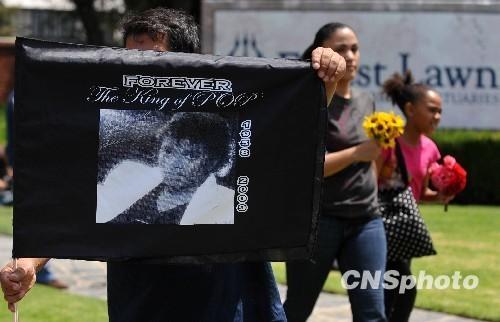 """2010年6月25日是迈克尔·杰克逊的周年忌日。当天,来自全球各地的歌迷陆续来到洛杉矶森林草坪墓园祭奠安葬在这里的""""流行天王""""。"""