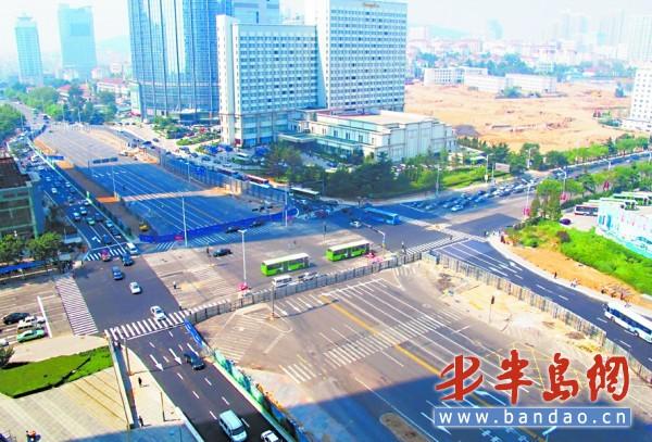 山东路与香港中路路口,香港中路原车道已全部封闭.