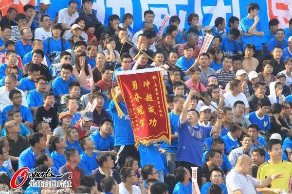 图文:[中甲]阿尔滨VS沈北 球迷助力