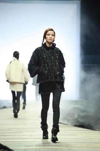 莫万丹 - 黑色刺绣斜纹软呢外套搭配半裙与窄管裤造型