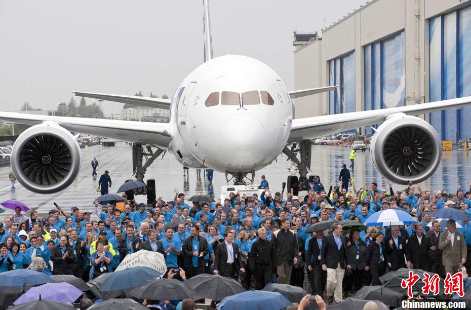 """9月25日,波音公司员工在美国华盛顿州的工厂制造波音787""""梦幻客机""""。波音公司将于9月27日向全日本航空公司交付首架波音787""""梦幻客机""""。 新华社/法新"""