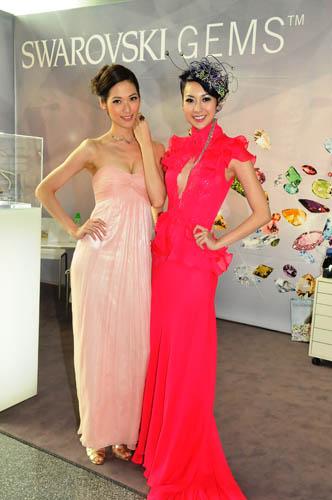 (左至右) 名模林莉示范伦敦珠宝设计师Sarah Ho的作品;名模庄思敏示范由星级设计师邓达智设计, 镶满施华洛世奇宝石的皇冠