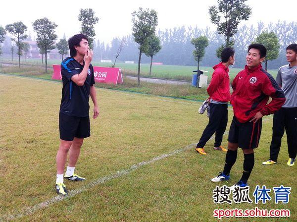 刘宇和前队友交流