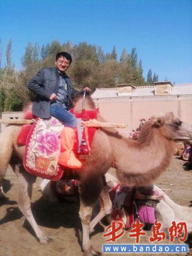 """""""老桑""""在骑骆驼(图片来源于""""老桑""""的青岛微博)"""