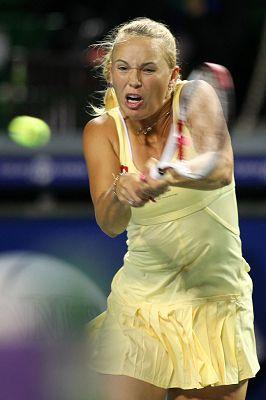 图文:WTA泛太平洋赛次轮 沃兹尼亚奇双手回球