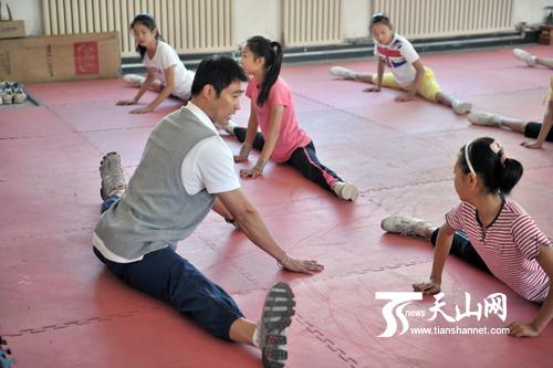国际体联技术委员会副主席,国家健美操队主教练王宏指导孩子们做基本