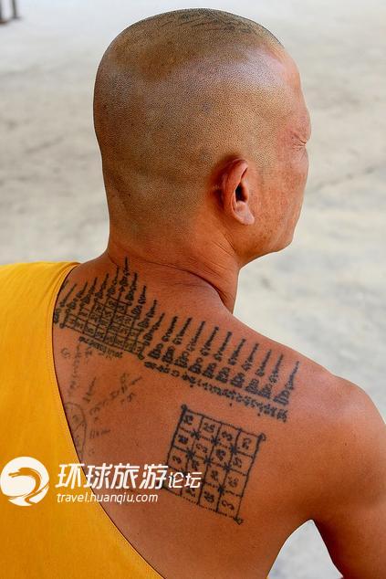 泰国连僧人也要纹身,图案内容丰富多样,多为宗教图腾,还有甚者把佛经图片