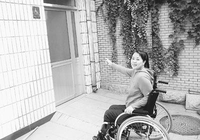 """古城公园无障碍公厕""""铁将军把门""""成摆设,让宋女士很无奈。"""
