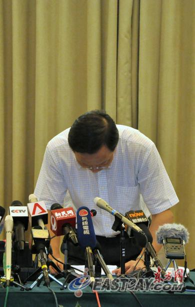 图片说明:通气会上,申通地铁有限公司总裁俞光耀通代表申通地铁对本次事故,以及对市民和乘客造成的影响鞠躬致歉。