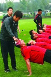 高洪波昨日在陕西带队进行公开训练 CFP现场图片