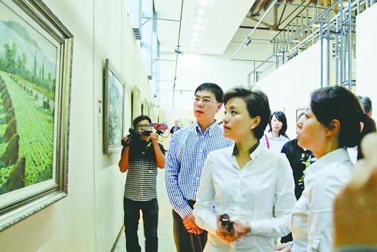 著名电视节目主持人杨澜出现在古堰画乡