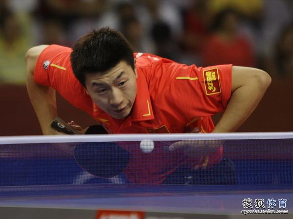 图文:亚洲杯首轮马龙3-1张一博 正手发球