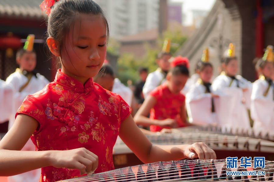 """9月28日,在""""2011年杭州祭孔大典""""上,舞生跳起古老的祭祀舞。"""