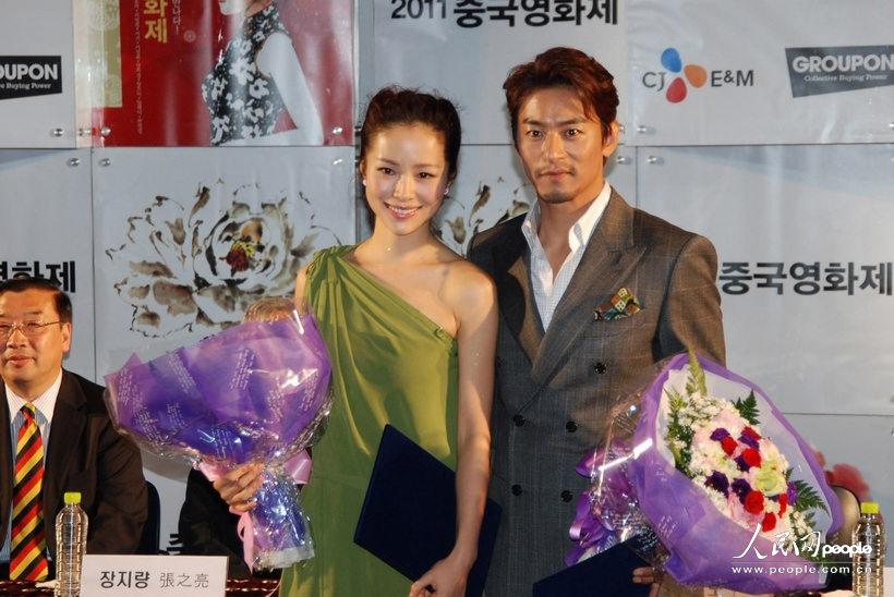 """中国女明星江一燕(中)和韩国男明星朱镇模(右)被选为""""2011中国电影节""""电影钱后图片"""